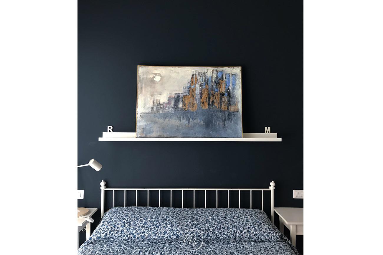 Abbellire una parete spoglia con quadro su mensola