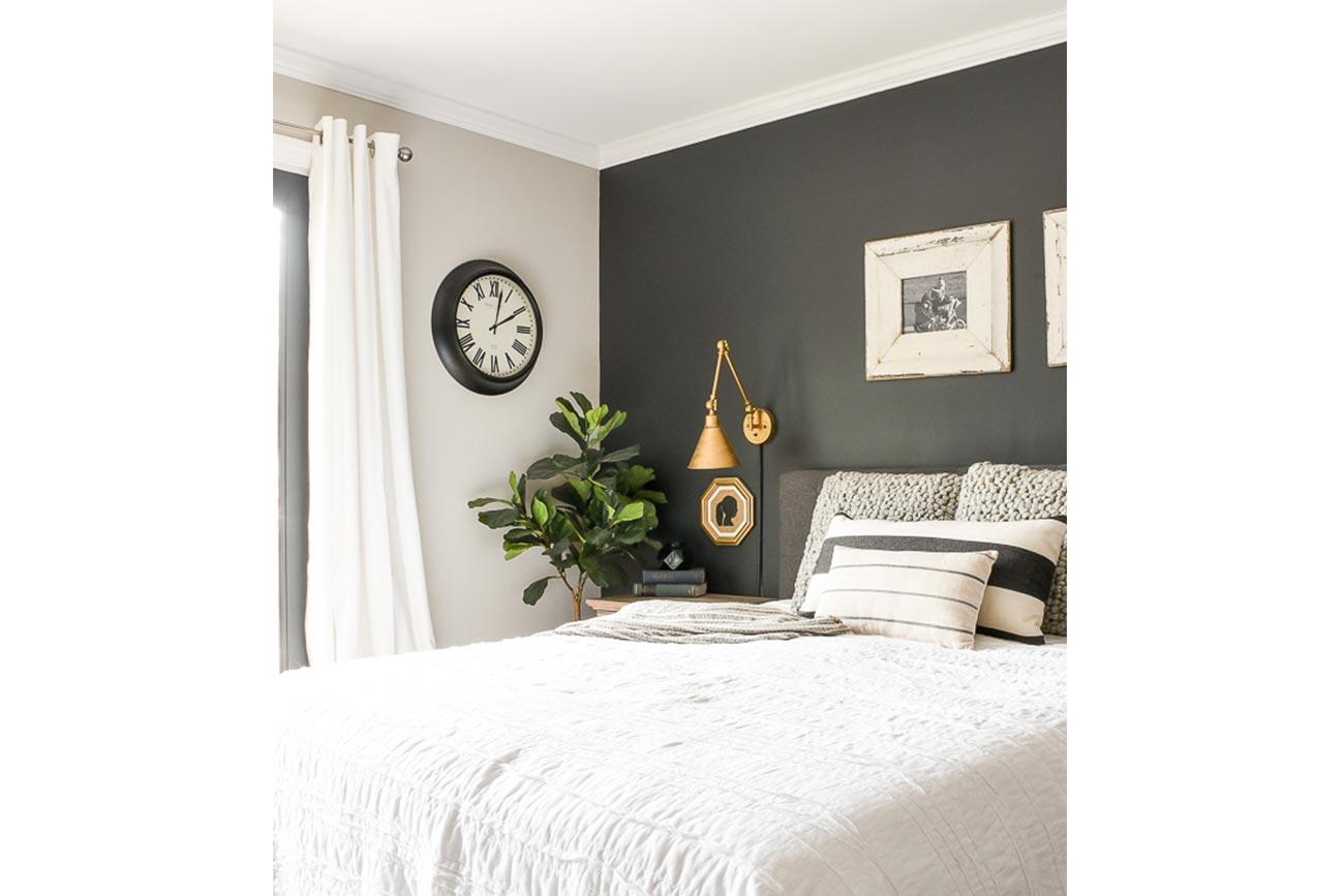 Colorare una parete vuota con colore scuro in camera da letto.