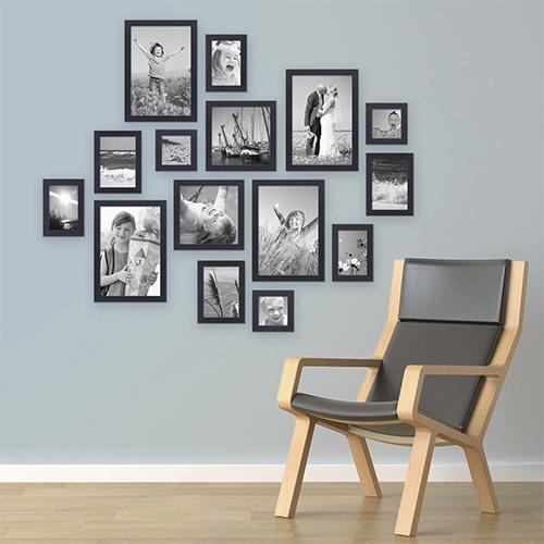 Set 15 cornici nere per composizioni su parete vuota.